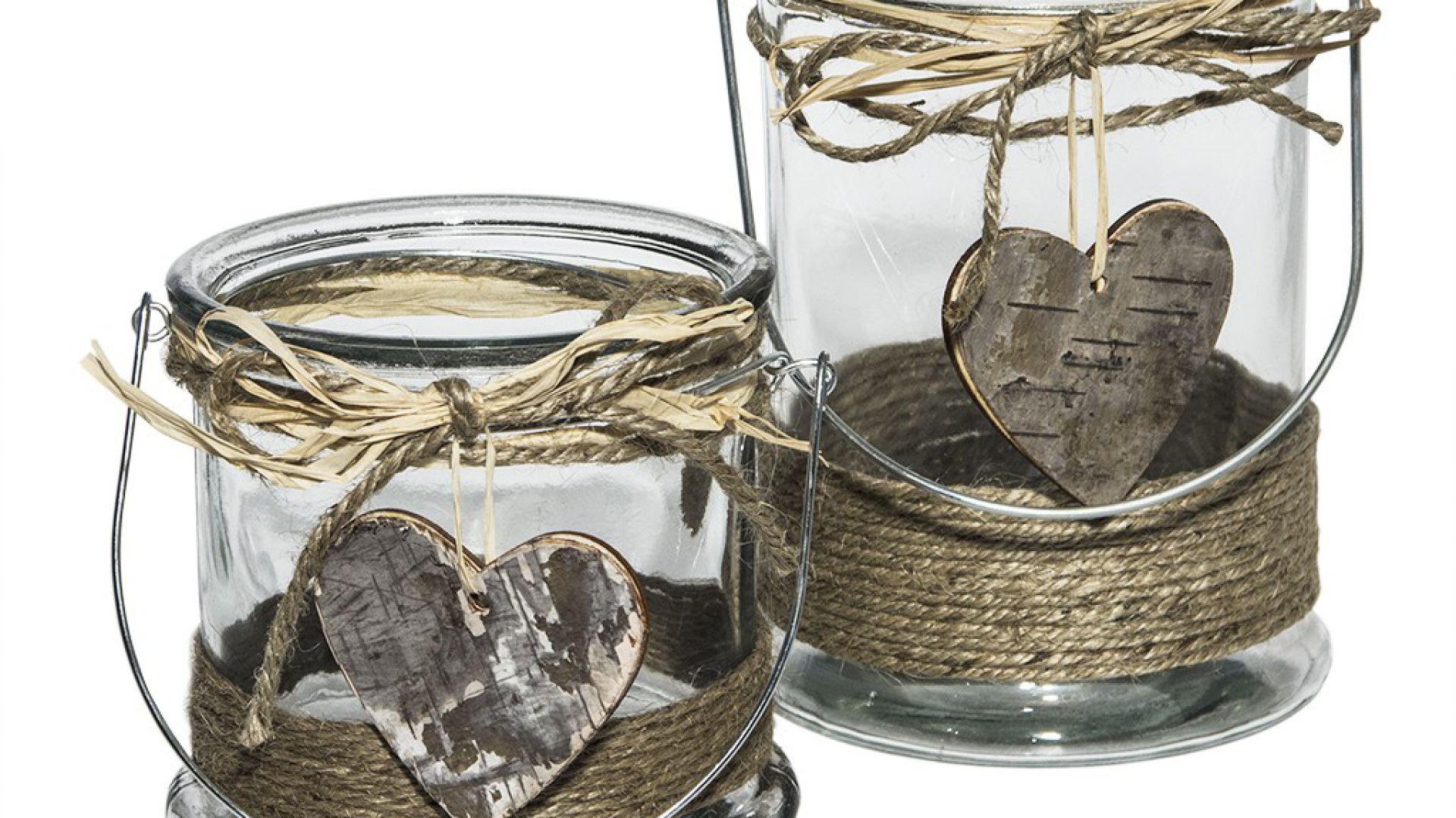 Lampion wykonany ze szkła z ozdobnym, drewnianym z sercem. Cena od 27 zł. Fot.Nshome.pl