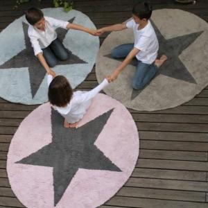 Okrągły dywan w wpisaną gwiazdką.