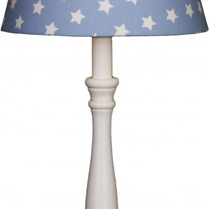 Lampka nocna z gwieździstym abażurem.