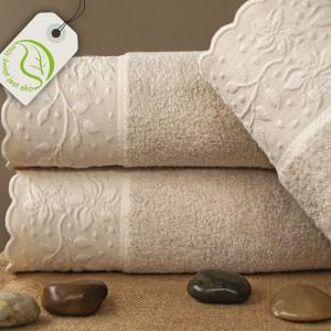 Lisboa New to kolekcja ręczników wykonanych z lnu i bawełny z dodatkiem mikrobawełny. W naturalnym kolorze lnu, z subtelnym, kwiatowym ornamentem. Greno