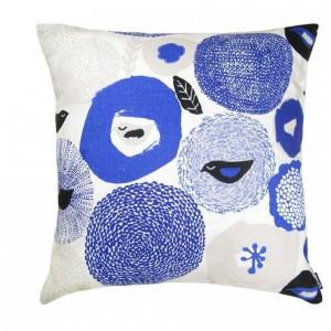 Poduszka Sunnuntai to kwiatowy, kobaltowy wzór w stylu skandynawskim. Cena 75 zł. Fot.Kauniste/ Kapibara.com.pl.
