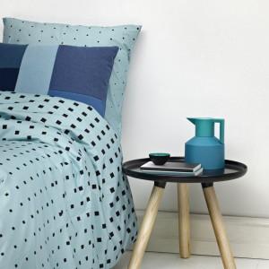 Błękitna pościel Cube z nadrukiem złożonym z małych kwadratów. Cena 318 zł. Fot. Normann Copenhagen / Fabryka Form.