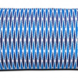 Wzorzysta, kobaltowa poduszka '50s' . Szerokość 35 cm długość 65cm. Cena 245 zł. Fot. BoConcept.