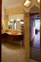 Nad lustrem został odwzorowany fragment Pałacu Dożów (gotyckiej siedziby władców Wenecji). Fot. Bartosz Jarosz.