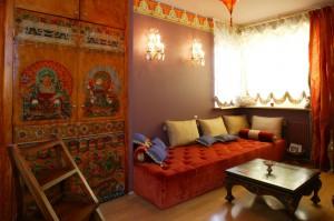 Sypialnia, dzięki obecności tkanin, stała się niezwykle przytulna, zamieniając się każdego wieczoru w tajemniczy buduar. Fot. Monika Filipiuk.