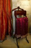 Połyskliwe tkaniny to, obok mnóstwa poduszek, jedne z bardziej przytulnych akcentów we wnętrzu. Fot. Monika Filipiuk.