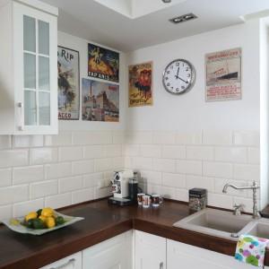 Plakaty zdobiące ścianę w kuchni, podobnie zresztą jak w salonie, to pamiątki z licznych podróży po Europie. Fot. Bartosz Jarosz.