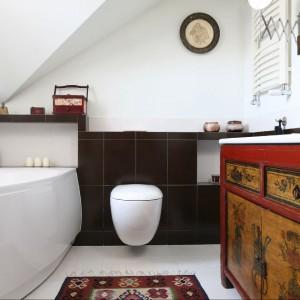 Łazienka na poddaszu swoim stylem doskonale wpisuje się w całą aranżację wnętrza. Fot. Bartosz Jarosz.