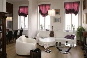 Biały, wygodny wypoczynek firmy Kler bardzo dobrze prezentuje się w salonie i idealnie komponuje się ze stolikami kawowymi firmy Cattelan Italia. Fot. Bartosz Jarosz.