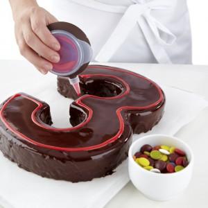 Forma do wypieku ciast w kształcie cyfr pozwoliła na wyczarowanie m.in. takiego czekoladowego cuda. Fot. Lekue.