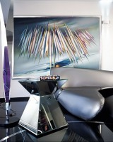Koncepcja wnętrza jest bardzo wyrafinowana. Łączy się sztukę z odważnym designem. Lustrzany stolik to kolejny element z kosmicznego wystroju. Fot. Marta Znój.