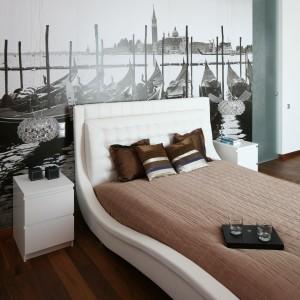 Białe stoliki nocne dobrze komponują się z białą, tapicerowaną ramą łóżka.Proj. Anna Maria Sokołowska. Fot. Bartosz Jarosz.