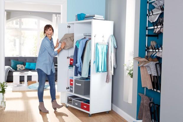 Mała, mobilna garderoba – sposób na utrzymanie porządku