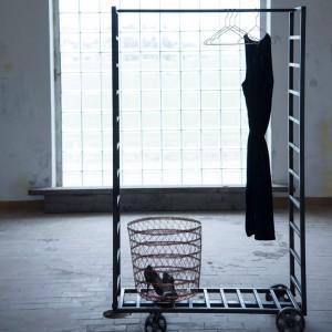 Ruchoma garderoba wykonana z żelaza. Montaż na czterech gumowych kółkach ułatwia zmianę lokalizacji. Cena 2.390 zł. Fot. Madam Stoltz / Agamartin.com.