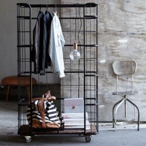 Mobilna garderoba.Konstrukcja wykonana z żelaza,dno garderoby z drewna akacjowego. Fot.House doctor.