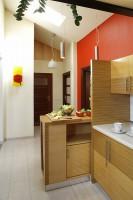 """Zastosowano różne formy oświetlenia: białą lampę wiszącą, plafon z makiem (obie z IKEA) oraz wiszące, metalowe tuby (Aquaform """"Lanx�). Fot. Bartosz Jarosz."""