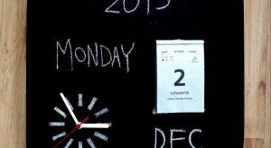 Jak w gonitwie za sukcesem i pieniądzem nie stracić rachuby czasu? Wyposażyć domowe biuro w kalendarz. Pomoże zorganizować harmonogram pracy oraz urozmaici wygląd gabinetu.