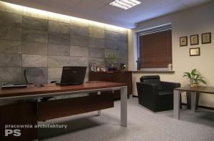 Gabinet prezesa zaprojektowany w stylu nowoczesnym. Surowy klimat podkreślają płytki z łupka naturalnego, podświetlone światłem szczelinowym z sufitu. Fotele w stylu lotniczym i modernistyczne kształty mebli stanowią o solidności firmy.