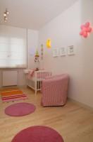 Minigaleria obrazków to idealne dopełnienie wesołej stylistyki pokoju. Być może, zawieszone nad łóżkiem portrety zwierząt, wpłyną na przyszłe zainteresowania małego lokatora tego wnętrza? Fot. Monika Filipiuk.