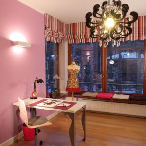 Jak na pokój małej dziewczynki przystało, dominują w nim różne odcienie różu. Fot. Bartosz Jarosz.