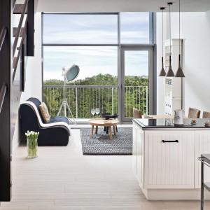 Jadalnia płynnie łączy się z kuchnią, stanowiąc jedną wspólną przestrzeń, również pod względem stylistycznym. Symboliczną granicę między nimi wyznacza jedynie niewielki półwysep.