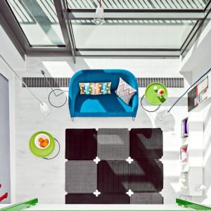 Wnętrze na dolnej kondygnacji jest otwarte. Przestrzeń salonu, jadalni i kuchni tworzy jedną całość, także pod względem zastosowanej kolorystyki, wyposażenia oraz materiałów wykończeniowych.