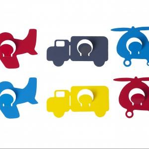 Kolorowe haczyki w kształcie środków transportu z pewnością spodobają się młodym miłośnikom motoryzacji. Present Time.