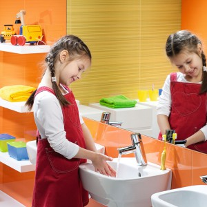 SeriaNova Top Junior została zaprojektowane tak, aby dzieci mogły z niej korzystać w pełni swobodnie i samodzielnie. Wymiary urządzeń zapewniają komfort i bezpieczeństwo. Umywalka 157 zł, Koło.