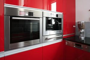 Piekarnik, ekspres do kawy oraz szuflada do podgrzewania naczyń w kolorze stali nierdzewnej zostały wybrane z oferty marki Bosch. Zainstalowano je w wysokiej zabudowie. Fot. Bartosz Jarosz.