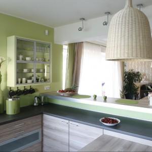 Widok od strony kuchni na jadalnię i pokój dzienny. Fot. Bartosz Jarosz.