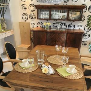 Drewniany stół pochodzi jeszcze sprzed II wojny światowej. W nowoczesnej przestrzeni prezentuje się dumnie i godnie. Fot. Bartosz Jarosz.