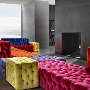 Modułowa sofa La Michetta, składa się z wielu kolroowych pikowanych modułów, Meritalia.