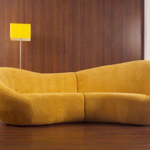 Sofa Scala o opływowym kształcie, dostępna w różnych kolorach i rodzajach obicia. Fot. Livingroom/Mebelplast.