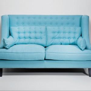 Niebieska pikowana sofa. Fot. Kare Design/Galeria Antresola.