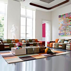 Kolorowe modułowe zestawy mebli wypoczynkowych. Fot. Roche Bobois.
