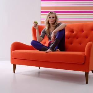 Intensywnie pomarańczowa, pikowana sofa Pola. Fot. Sits.