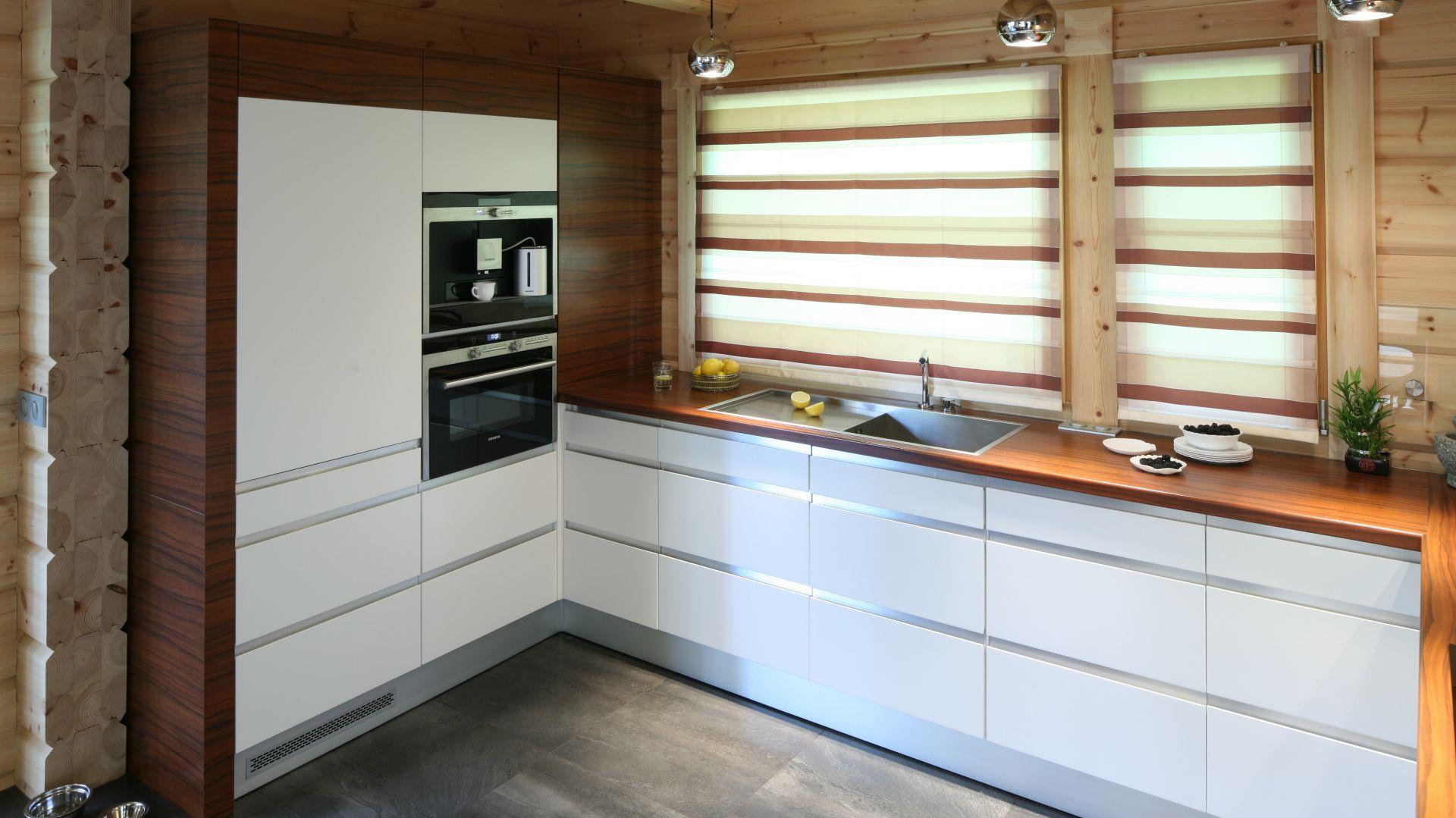 Kuchnia W Domu Z Drewna Nowoczesna I Piekna