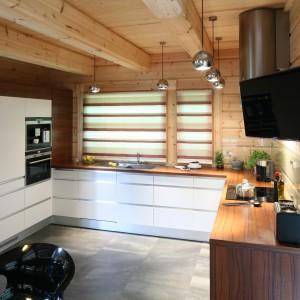 Wnętrze jest lekkie, jasne i bardzo przestronne. Można tu gotować i miło spędzać czas. Fot. Bartosz Jarosz.