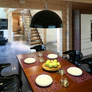 Jadalnia znajduje się w otwartej strefie dziennej, między salonem a kuchnia. Jest dokładnie tam, gdzie powinna. Fot. Bartosz Jarosz.