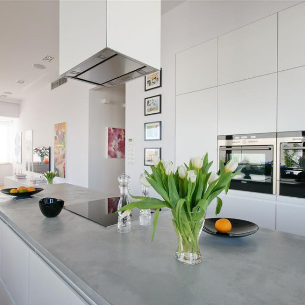 Nowoczesne białe wnętrze: wyspa kuchenna rządzi!