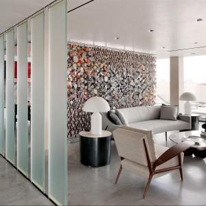 Część dzienna imponuje nowoczesnym, stonowanym wystrojem. Fot. Douglas Elliman Real Estate.