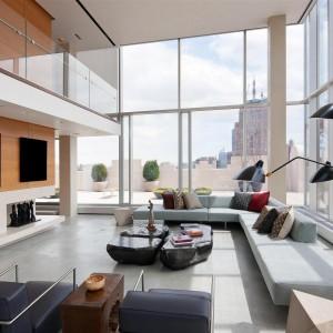 Część dzienna imponuje wysokością okien - piękny stąd widok na ulice i wieżowce Manhattanu. Fot. Douglas Elliman Real Estate.