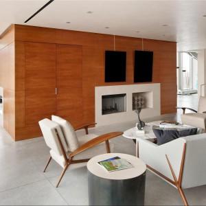 Pokój dzienny z nowoczesną drewnianą zabudową. Fot. Douglas Elliman Real Estate.