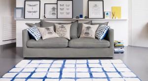 Zastanawiasz się, jak niewielkim kosztem zmienić wygląd salonu? Sięgnij po dekoracyjne poduszki. Z ich pomocą możesz wprowadzić do wnętrza wiosenną lekkość lub nadać mu elegancki charakter. Wszystko zależy od ciebie.