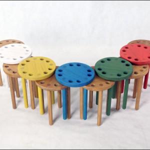 Kolorowe stołki Poke. Fot. Innermost.