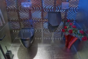 Łazienka zaprojektowana w stylu glamour, w dużym domu jednorodzinnym, jako łazienka dla gości. Uwagę zwracają płytki przestrzenne na jednej ze ścian.