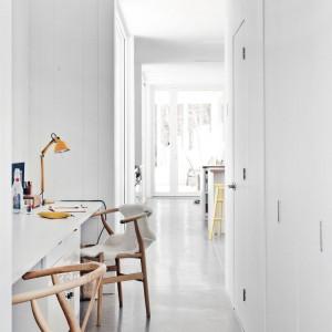 Lśniąco biały przedpokój. Fot. La Shed Architecture.