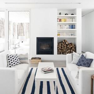 Z kuchni już tylko krok do stylowego (i oczywiście białego) salonu z marynarskimi dodatkami. Fot. La Shed Architecture.