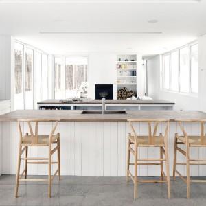 Skandynawskiej prostoty dodają ciekawe stołki barowe, które znalazły się przy jednej z dwóch wysp kuchennych. Fot. La Shed Architecture.