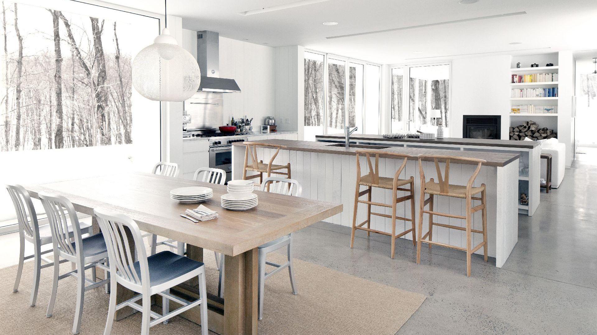 Kuchnia w tym domu zajmuje naprawdę sporo miejsca. To prawdziwe serce domu. Fot. La Shed Architecture.
